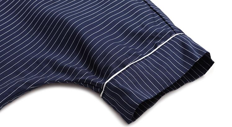 连肩宽松短袖袖口,宽边设计,搭配白色滚边,细节精致,自然垂搭.